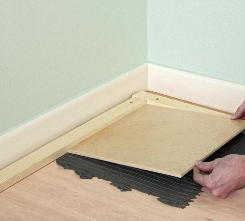 Як класти плитку на дерев'яну підлогу