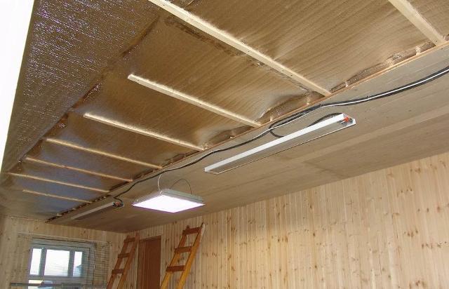 Як правильно утеплити стелю дерев'яної будівлі