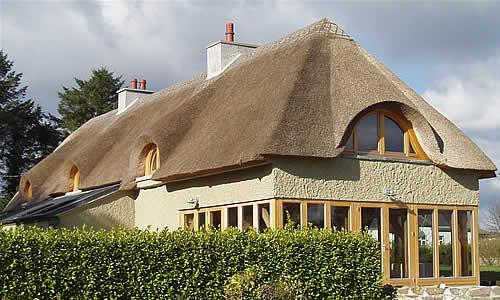 Солом'яний дах – надійність, переваги та недоліки