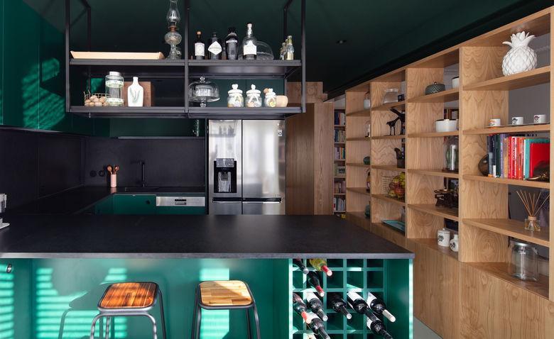 48389 Сучасна квартира з темною кухнею