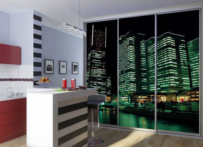 Фотообои с изображением мегаполиса на дверцах шкафа создадут иллюзию ночного города за окном.