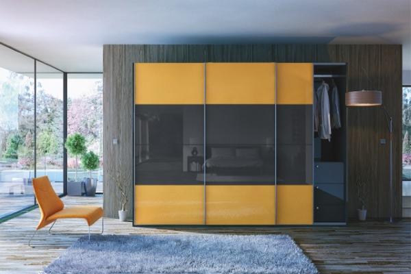 Двухцветный шкаф купе в интерьере