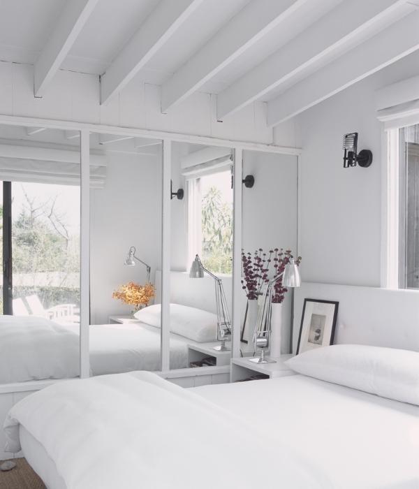 Зеркальный шкаф купе в спальне