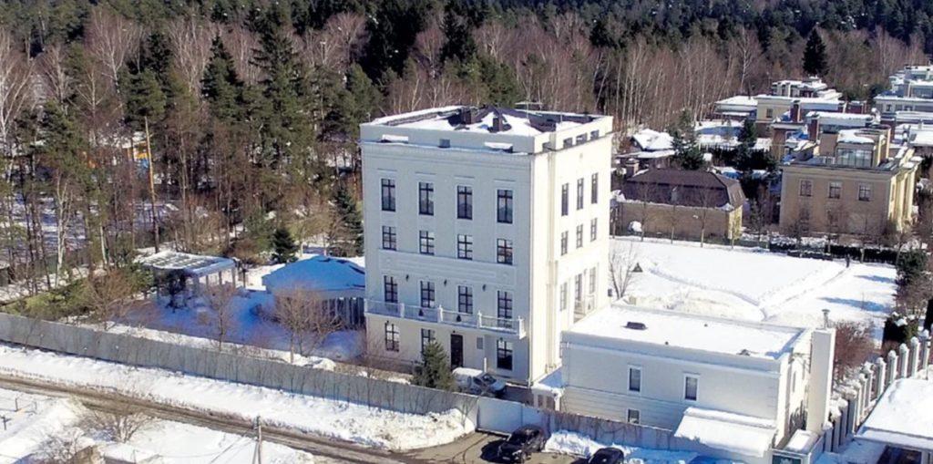 Какой недвижимостью владеет известный телеведущий Владимир Соловьев